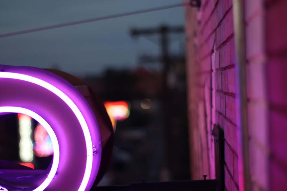 Neon 8 Schrift Hauswand